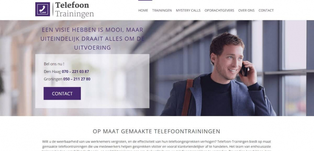 Screenshot van een bedrijf dat telefoontrainingen geeft, met een grote headerfoto waarop een man staat die al lopend in een grote ruimte mobiel aan het bellen is.